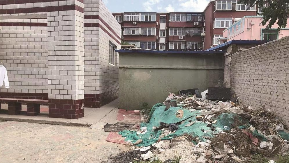 机场路南楼建筑垃圾成堆!居民盼尽快清理
