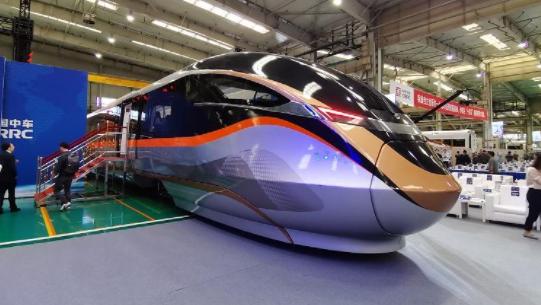 中国新型都市快轨列车在唐山下线 采用全自动无人驾驶技术