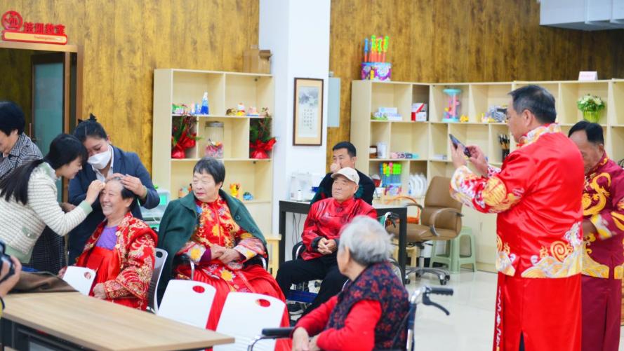 丰润万邦悦城社区为老人拍摄金婚纪念照